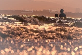 海の中で夏を満喫する二人の写真・画像素材[4653049]