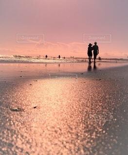 夏の海を楽しむ二人の写真・画像素材[4664402]