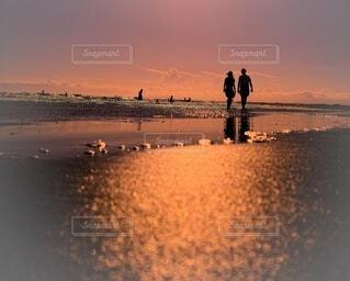 夏の海を楽しむ二人の写真・画像素材[4664404]