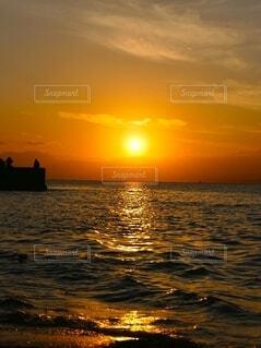 夕焼けと海の写真・画像素材[4872536]