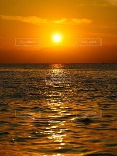 夕焼けと海の写真・画像素材[4872539]