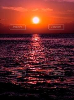 夕焼けと海の写真・画像素材[4872548]