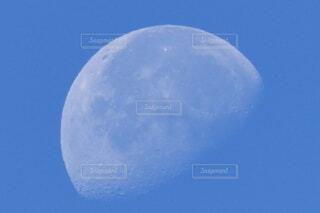 青空に浮かぶ月の写真・画像素材[4857654]