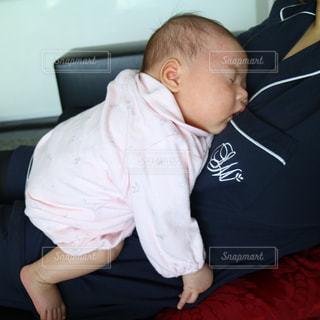 赤ん坊を持っている人の写真・画像素材[748579]
