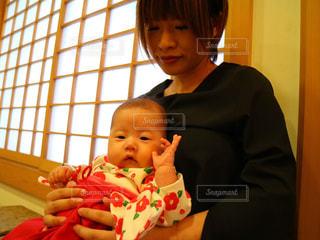赤ん坊を抱える女性の写真・画像素材[748593]