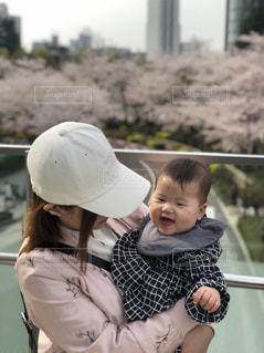 赤ん坊を持っている人の写真・画像素材[1267698]