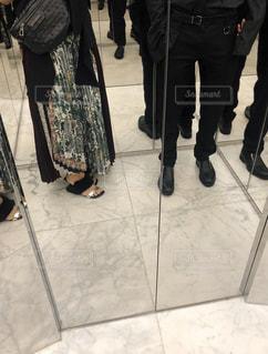 女性,男性,家族,恋人,ファッション,サンダル,黒,人物,立つ,服,コーディネート,コーデ,ブラック,黒コーデ,モノトーン コーデ