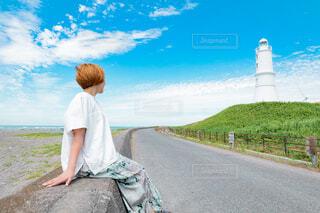 灯台を眺める女性の写真・画像素材[4584254]