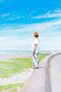 堤防から海を眺める女性の写真・画像素材[4584268]