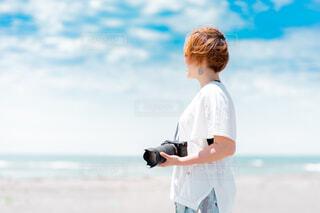 海の写真を撮影しに来た女性の写真・画像素材[4584279]