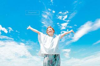 両手を広げて幸せを感じる女性の写真・画像素材[4585348]