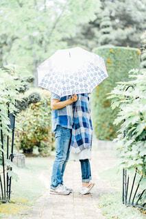 傘に隠れてキスをするカップルの写真・画像素材[4601190]