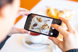 美味しいそうな朝食をスマホで撮影の写真・画像素材[4620220]
