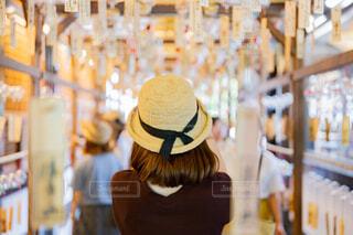 たくさんの風鈴に囲まれている女性の写真・画像素材[4688086]