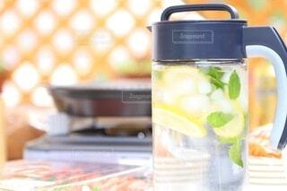 爽やかなレモンミント水のイメージの写真・画像素材[4714496]