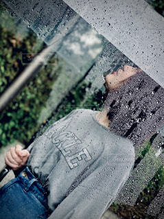 雨の日に傘を持つ女性の写真・画像素材[4586424]