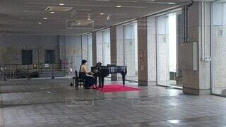 女性,夏,演奏,駅,女,ピアノ,ひとり,音楽,練習,弾く,1人,駅ピアノ
