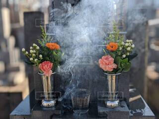 お墓参り、墓前にお供えした供花 カーネーションの写真・画像素材[4623167]