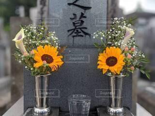曇天のお墓参り、墓前にお供えした供花 ひまわりの写真・画像素材[4623165]