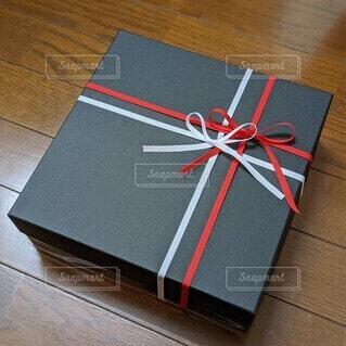黒い箱に紅白のリボンをかけたプレゼント。の写真・画像素材[4623468]