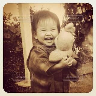 ぬいぐるみを抱きしめる小さい子の満面の笑顔の写真・画像素材[4627502]