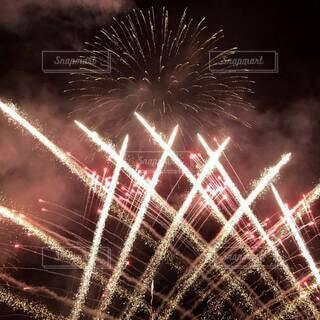 オーソドックスな大輪の花火と激しい仕掛け花火が入り交じる。の写真・画像素材[4659702]