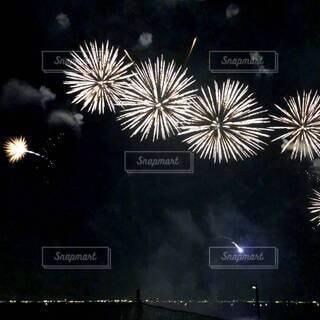 海の上の夜空にリズミカルな花火♪の写真・画像素材[4659782]