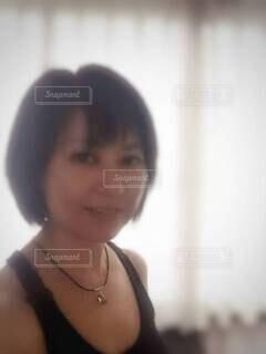 ウミガメのチョーカーをつけた、黒のタンクトップ姿の女性。の写真・画像素材[4669809]