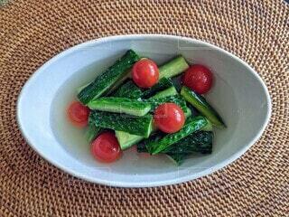 自家製水キムチ。家庭菜園で収穫した胡瓜とプチトマトを使って。の写真・画像素材[4690652]