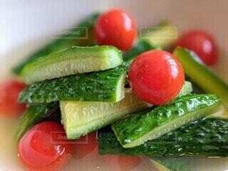 自家製水キムチのクローズアップ。家庭菜園で収穫した胡瓜とプチトマト。の写真・画像素材[4690653]