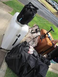 キャリーケース、ボストンバッグ…旅の帰りの沢山の荷物。の写真・画像素材[4736917]