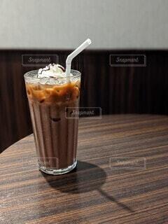 グラスに入った冷たいチョコレートドリンクとテーブルに映る影の写真・画像素材[4771663]