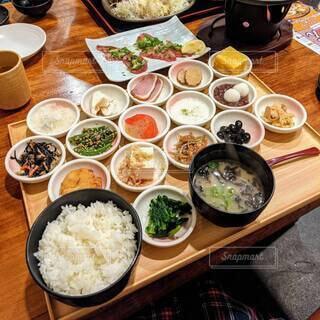 小鉢の数が尋常じゃない、居酒屋レストランの和定食。の写真・画像素材[4774360]