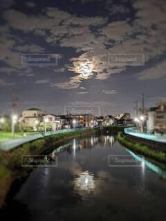自然,風景,空,夜,夜景,雲,川,水面,月,満月,住宅街,おぼろ月,十五夜,中秋の名月,街路灯,朧月夜,おぼろ月夜,夜の川