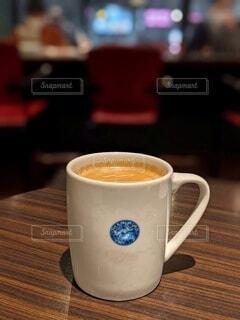カフェのテーブル。ホットミルクティーの入ったマグカップ。の写真・画像素材[4925230]