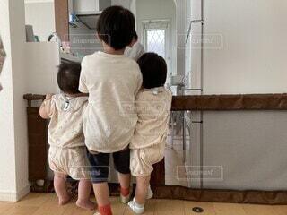 ご飯が出来るのが待ち遠しい3兄弟の写真・画像素材[4622379]