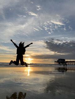 海,夕日,屋外,ビーチ,雲,水面,人物,人,思い出,元日