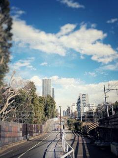 空,建物,屋外,雲,樹木,都会,高層ビル,線路沿い