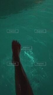 足,水面,夜のプール,水はね,スイミング プール