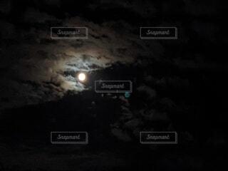 自然,風景,空,夜,雲,暗い,月,月明かり,雲間,中秋の名月,お月見