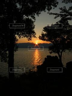 空,屋外,太陽,雲,夕暮れ,暗い,樹木,夕陽,琵琶湖,三つ岩