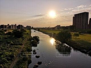 川面に映る夕陽の写真・画像素材[4620721]