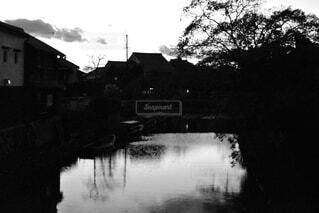 空,屋外,湖,川,水面,反射,家,樹木,黒と白