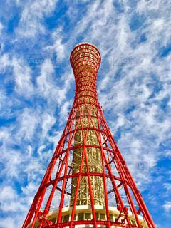 空の背景を持つ大きな高い塔で、神戸ポートタワーが背景にの写真・画像素材[4616763]