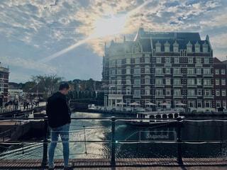 空,建物,屋外,太陽,雲,後ろ姿,水,船,川,水面,ヨーロッパ,都会,人物,高層ビル,ホテル,海外風,外国風