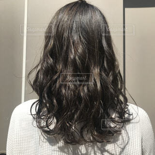 ファッション,カフェ,髪,屋内,髪型,人物,壁,人,巻き髪,トリートメント,ライフスタイル,散髪,ツヤツヤ,ヘアセット,艶髪