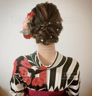 女性,花,ヘアスタイル,アクセサリー,屋内,赤,後ろ姿,黒,人物,着物,壁,人,ネックレス,王冠,和服,古風,和装,袴,卒業式,古典柄,ヘアセット,ヘッドピース