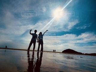 海,空,カップル,屋外,湖,太陽,ビーチ,雲,水面,影,人物,逆光,人,ウユニ塩湖,父母が浜