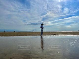 砂浜に立つ女性の写真・画像素材[4666819]