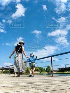 夏空と一緒にお散歩の写真・画像素材[4685620]